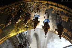 800px-Hanging_vigil_lamps._Church_of_the_Holy_Sepulchre,_Jerusalem_019_-_Aug_2011